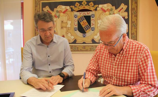 Valencia de Don Juan firma un convenio con el grupo de teatro local Torre de Babel