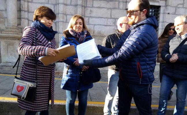 Comerciantes de Ponferrada entregan 1.732 firmas en el Ayuntamiento contra la semipeatonalización del centro urbano