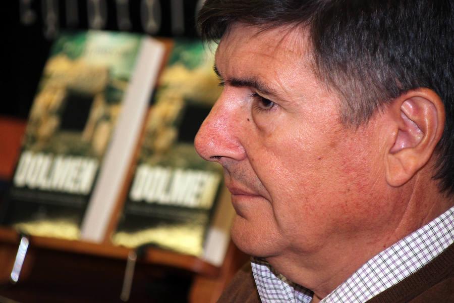 El exministro Manuel Pimentel presenta su obra 'Dolmen'