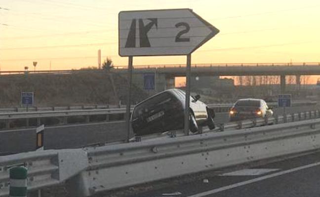 Un vehículo pierde el control y acaba subido a un guardarraíl de la LE-11