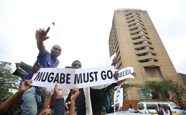 Mugabe se abstiene de renunciar y promete presidir el próximo congreso del partido gobernante