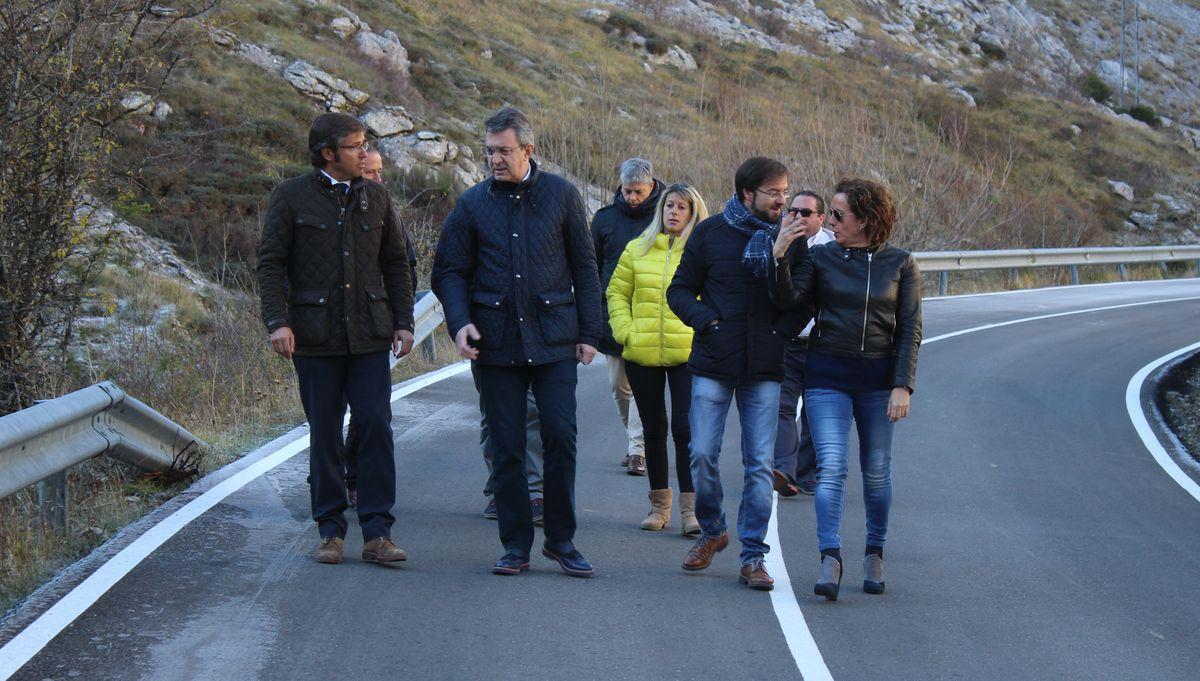 La Diputación visita el nuevo firme de la conexión a Valdeteja
