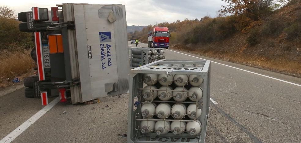 Vuelca un camión cargado de botellas de oxígeno y de gas argón en la N-120 en Toral de los Vados