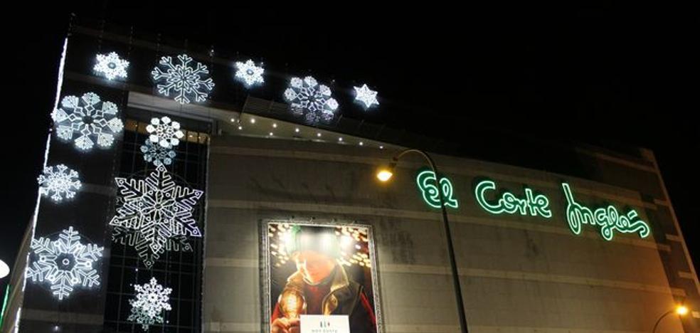 Un espectáculo láser y una chocolatada encienden la Navidad en El Corte Inglés