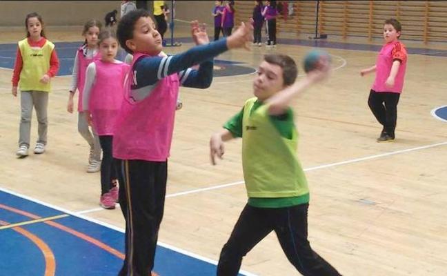 400 niños participan en las actividades de las EDM de ciclismo, fútbol sala y gimnasia rítmica
