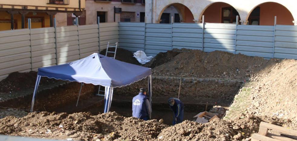 Las obras de la Plaza del Grano vuelven a toparse con los restos del camposanto del Mercado