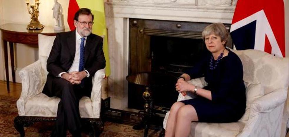 Rajoy atribuye al Reino Unido el origen del parlamentarismo y la lía en León