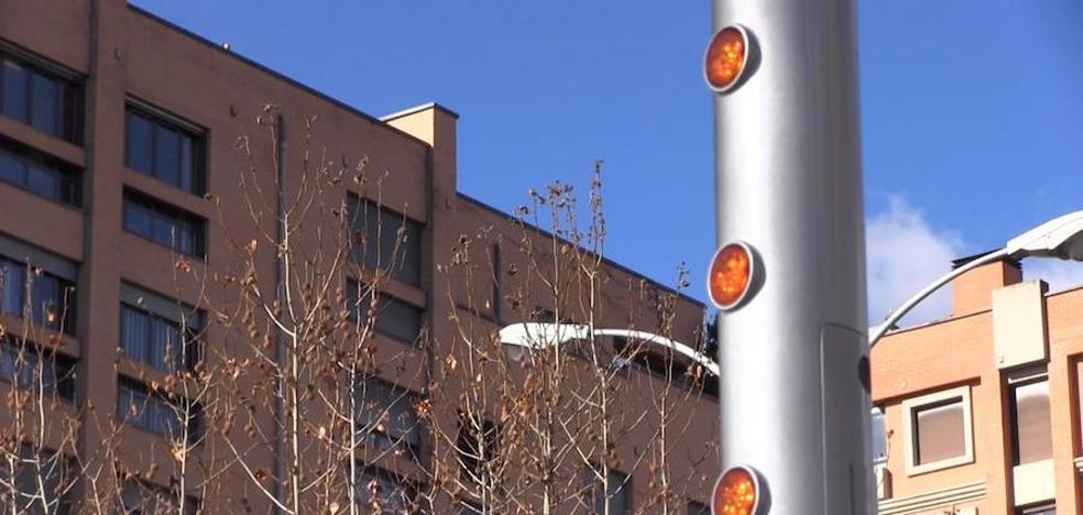 El Ayuntamiento de León coloca trece nuevas luminarias en los pasos de peatones para evitar atropellos