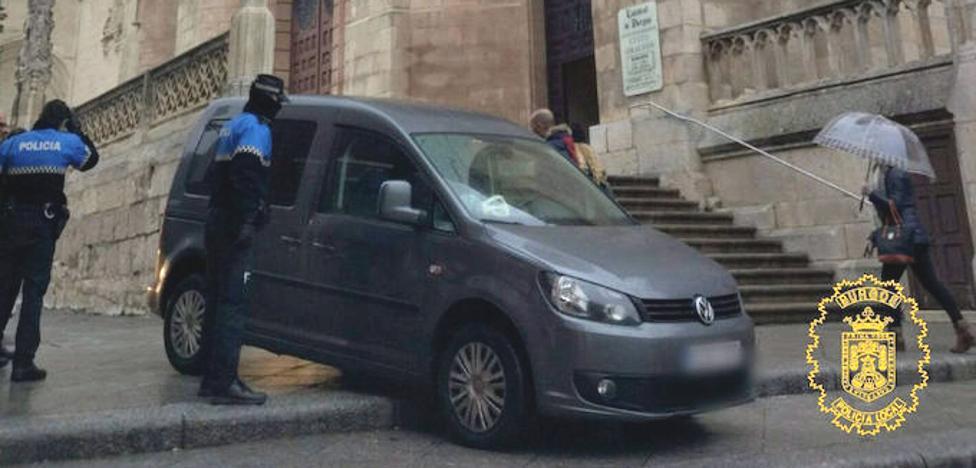 Sorprenden al conductor de un turismo bajando las escaleras frente a la Catedral de Burgos