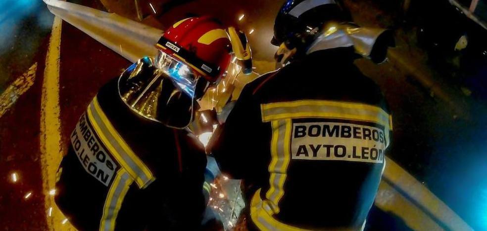 Heridos cuatro jóvenes, dos graves, en una aparatosa colisión en el cruce de Oteruelo