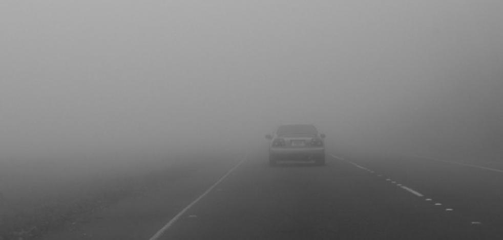 La espesa niebla dificulta el tráfico en el Puerto del Manzanal