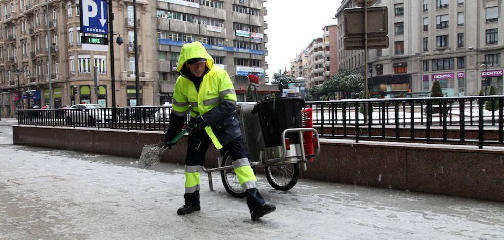 El Ayuntamiento repartió más de dos toneladas de sal en la noche del lunes