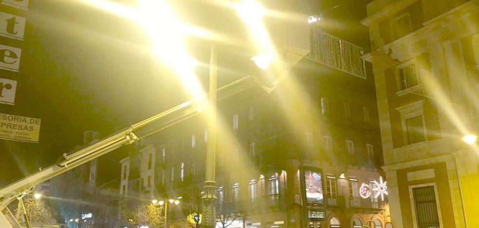 León Despierta denuncia el uso de recursos municipales para reparar las luces de Navidad tras el paso de 'Ana'
