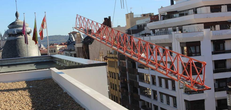 El desmontaje de una grúa del Pasaje de San Agustín obliga a cortar el tráfico de Ordoño