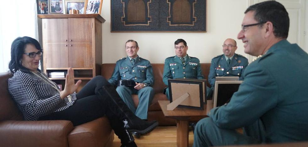 Teresa Mata recibe a los nuevos comandantes que se encargán de los servicios funcionales de la Guardia Civil