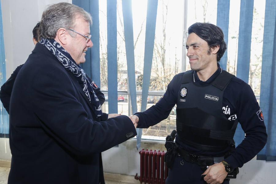 La felicitación a bomberos y policías