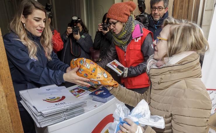 Entrega solidaria de juguetes a cambio de calendarios del aniversario del Estatuto de Autonomía