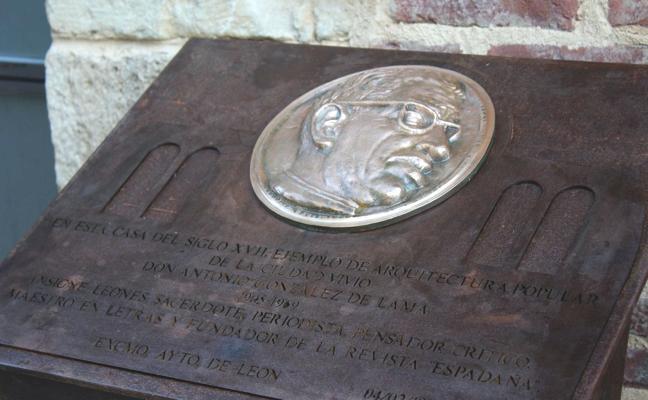 León homenajea a González de Lama con un 'atril eclesiástico' a los pies de la Catedral, en la casa del poeta
