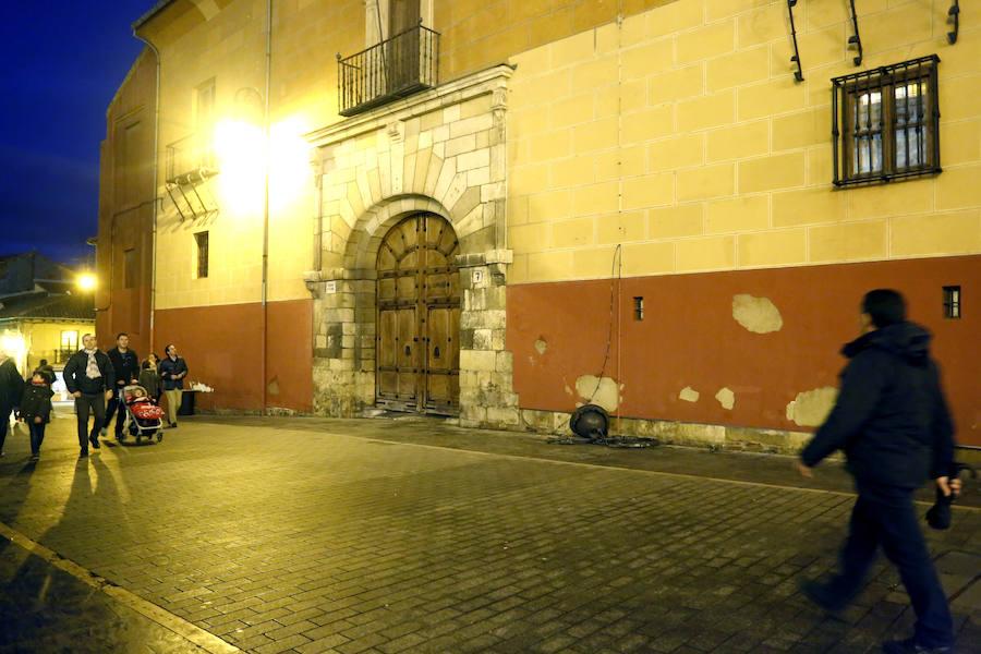 Cae una farola de una fachada frente a la catedral de León
