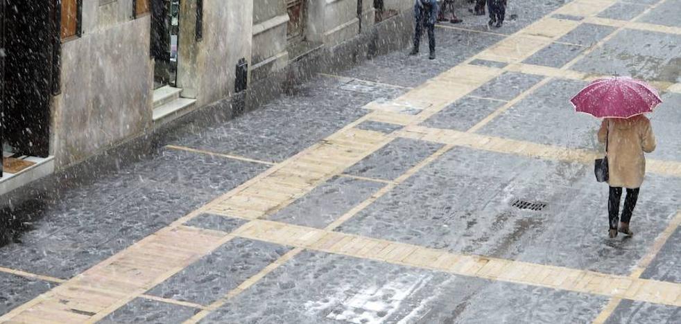 El Ayuntamiento de León aplicará un tratamiento antideslizante esta semana al pavimento de la calle Ancha