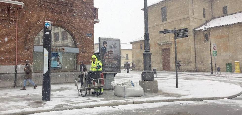 El Ayuntamiento de León reparte 45,5 toneladas de sal para reducir los efectos de la nieve en la ciudad