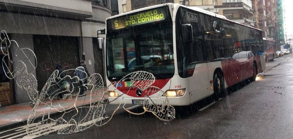 Una luminaria navideña se desprende ante un autobús y bloquea su paso