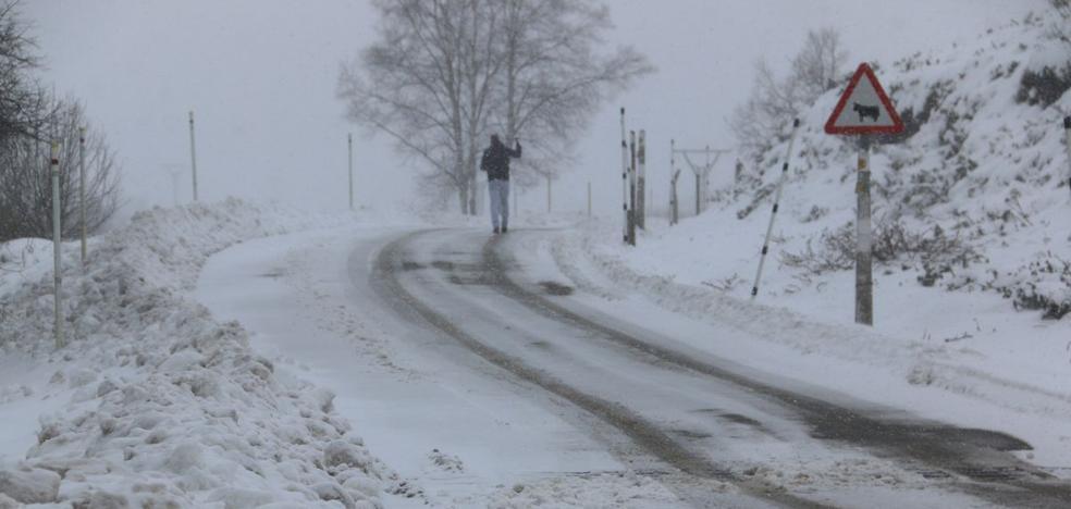 La nieve mantiene cerrada la carretera de Fonte da Cova, en La Baña