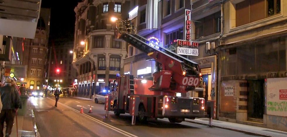 Los bomberos de León actúan en la avenida Independencia tras el desprendimiento de unos cascotes de una fachada