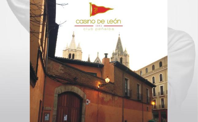 Andrés Martínez Trapiello hace un recorrido por la ciudad de León a través de la exposición 'Buenos días, buenas noches'