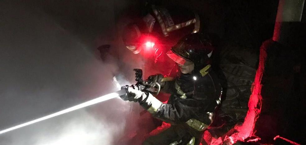 Los Bomberos sofocan un fuego en una vivienda en La Bañeza esta madrugada