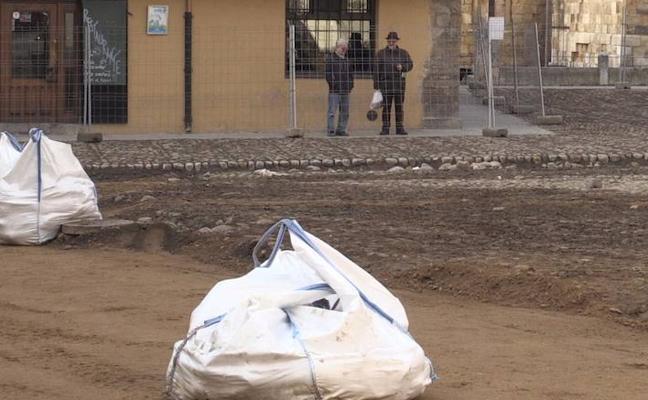 La rehabilitación del primer paño del empedrado central dibuja ya la nueva y renovada imagen de la Plaza del Grano