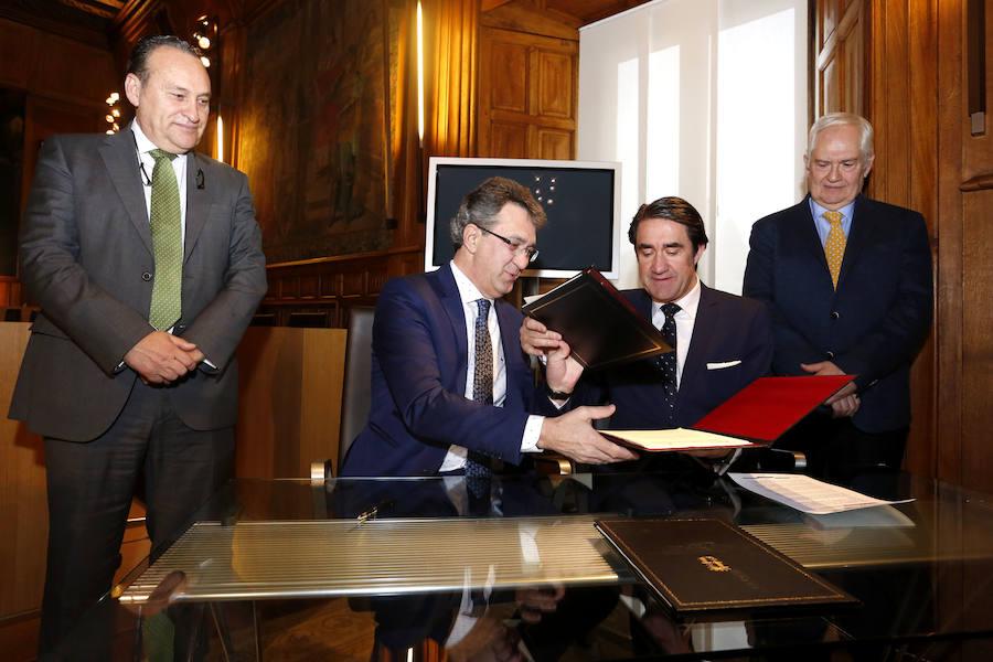 Firma del convenio de Junta y Diputación para restaura de escombreras