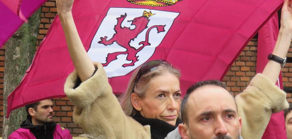 200 personas se concentran ante San Isidoro para denunciar el olvido a León