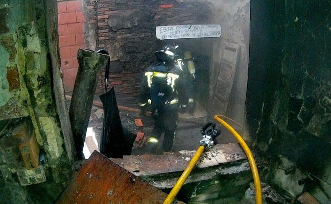 Un incendio obliga a desalojar a un grupo de indigentes que ocupaba un inmueble en La Palomera