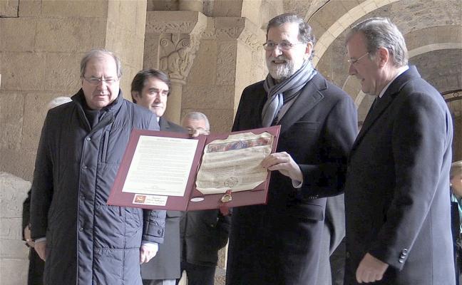 Silván entrega a Rajoy una copia de los Decreta para que no olvide la Cuna del Parlamentarismo