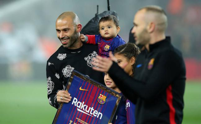 Mascherano recibe la última ovación del Camp Nou