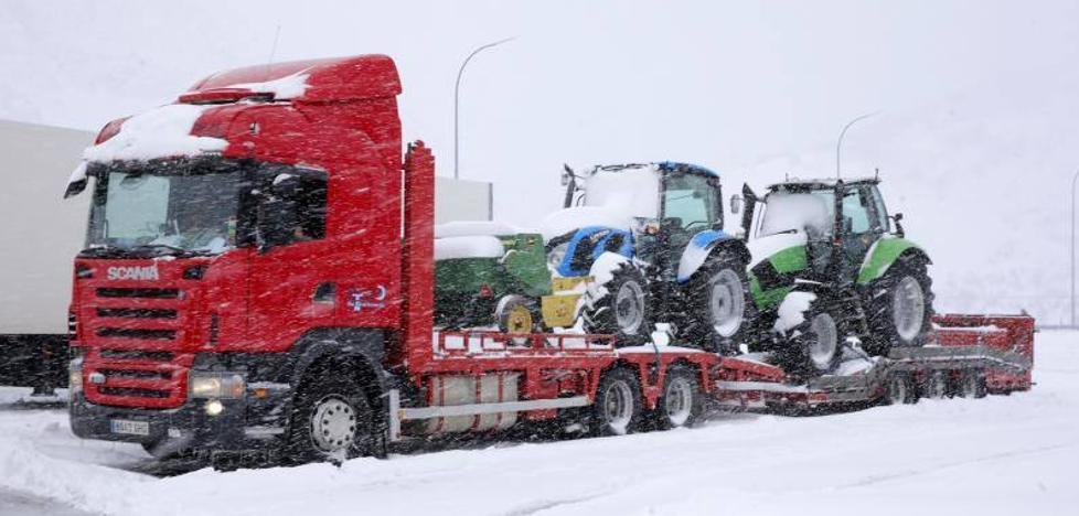 Tráfico embolsa camiones en Villamanín ante la nieve caída en Pajares