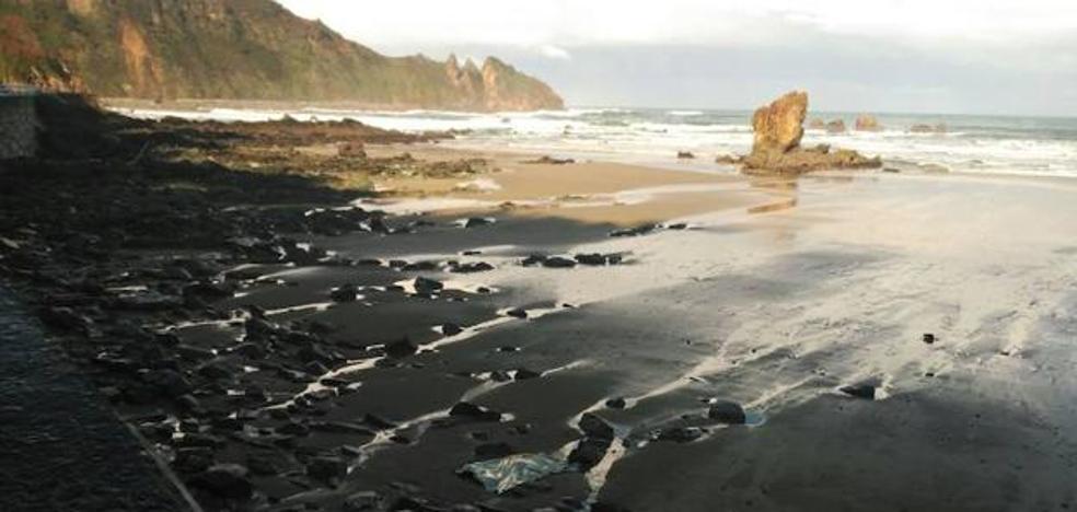 Hallan el cuerpo de un hombre entre unas rocas en la playa asturiana de Muros del Nalón