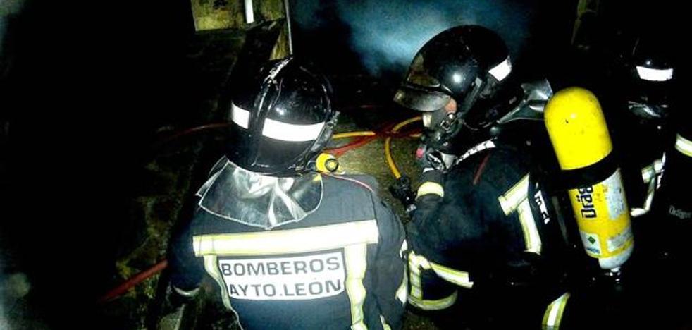 Herido un bombero en el incendio de una nave agrícola en Pobladura de Bernesga