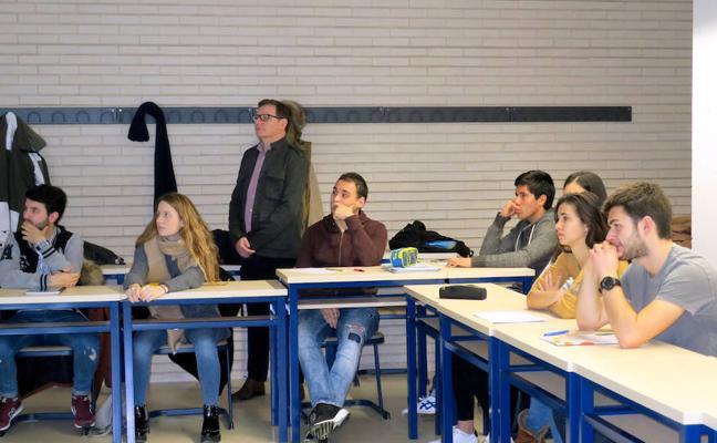 80 alumnos participan en el curso de comunicación para la liga de debate universitario