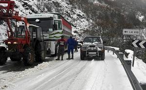 Tres carreteras cortadas y cuatro con cadenas en la provincia