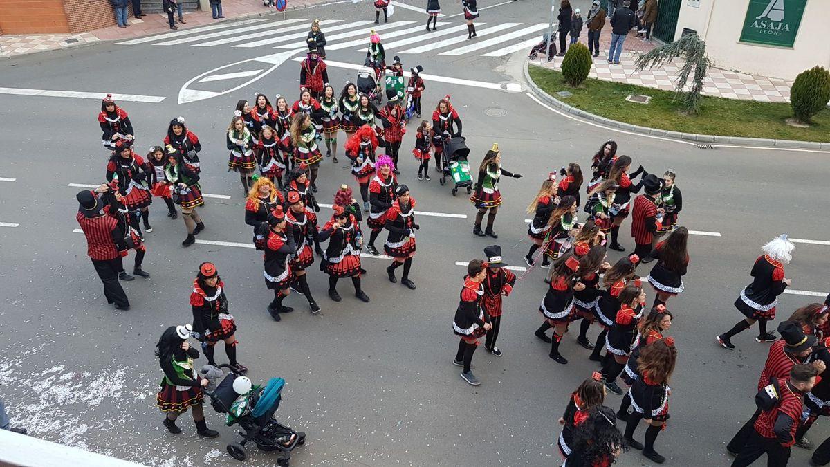 Santa María del Páramo disfruta con alegría del Carnaval