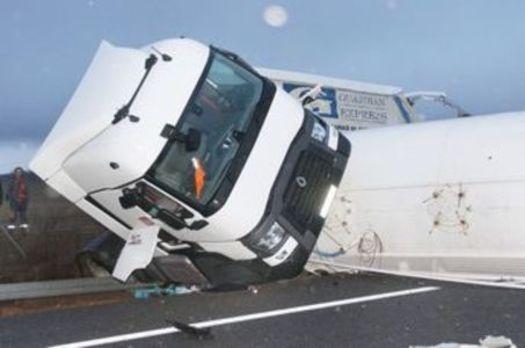 Un accidente entre dos camiones obliga a cortar la autovía León-Burgos