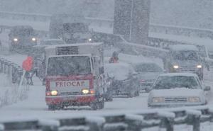 La nieve corta la A-6 para camiones en El Manzanal