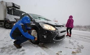 La nieve atrapa a algunos vehículos en Cubillos y moviliza a numerosos efectivos