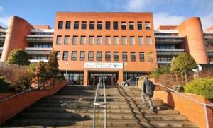 La plataforma sanitaria culpa a los «contratos basura» que ofrece Sacyl la falta de especialistas en el Hospital del Bierzo
