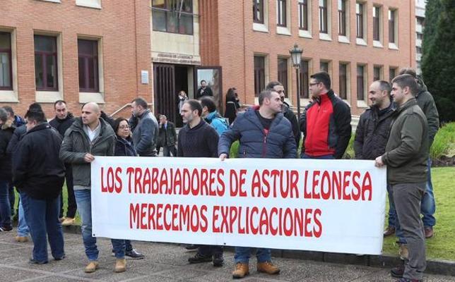 Los trabajadores de Asturleonesa se concentran para reclamar el pago de las nóminas