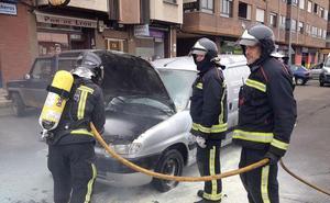 El incendio de un vehículo en plena calle obliga a intervenir a Bomberos de León
