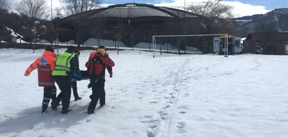 Rescatan en Maraña a un montañero herido tras deslizarse 300 metros por una ladera de una vía de escalada