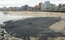 La playa de San Lorenzo de Gijón amanece cubierta de una mancha de carbón